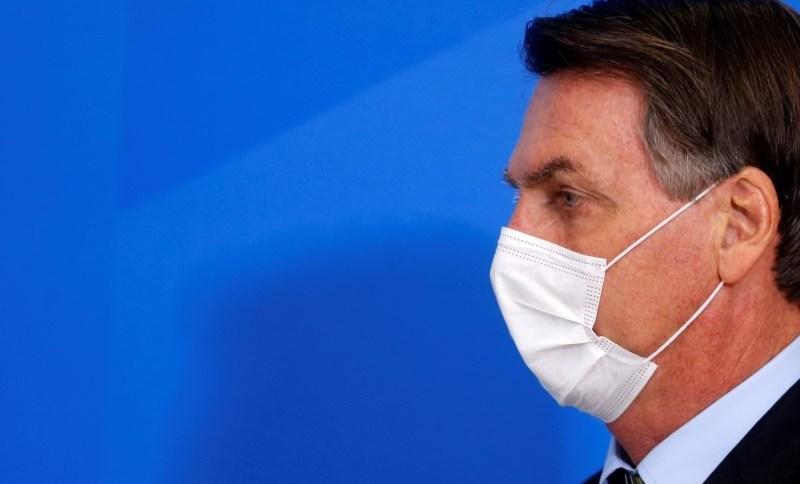 Presidente Jair Bolsonaro usa máscara de proteção durante anúncio de medidas para conter o surto do novo coronavírus18/03/2020REUTERS/Adriano Machado