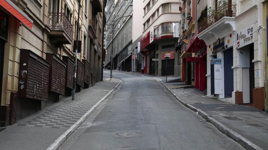 Lojas fechadas por decreto de quarentena na rua 25 de março, em São Paulo