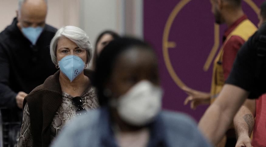 Pessoas usam máscaras protetoras ao desembarcarem no Aeroporto do Galeão, no Rio de Janeiro
