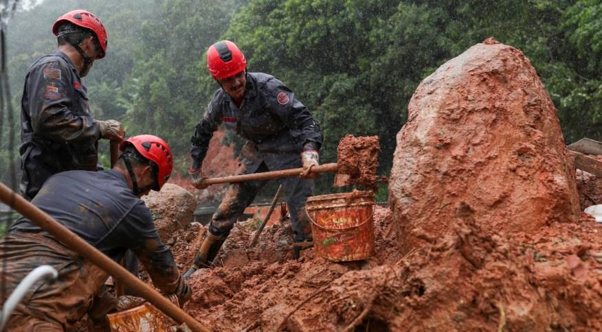 Bombeiros buscam desaparecidos em deslizamentos de terra no Guarujá