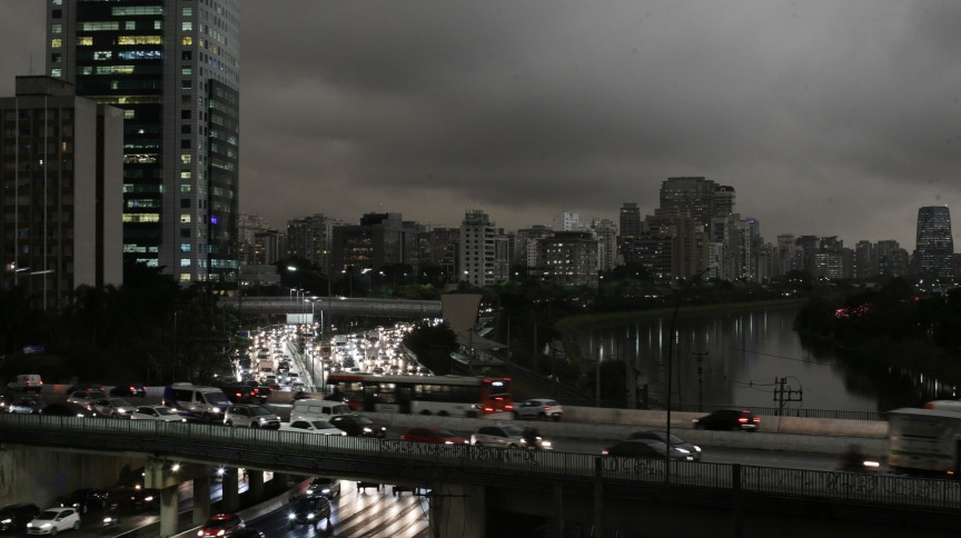 Brasil, São Paulo, SP, 19/08/2019. Céu fica escuro na cidade de São Paulo durante a tarde neste dia 19 de agosto. Na foto, vista da Marginal Pinheiros próximo à ponte Eusébio Matoso, na zona oeste da capital paulista. A frente fria que chegou ao estado trazendo frio transformou o dia em noite em plena tarde desta segunda feira. Foto: NILTON FUKUDA/ESTADÃO. - Crédito:NILTON FUKUDA/ESTADÃO CONTEÚDO/AE/Código imagem:224854