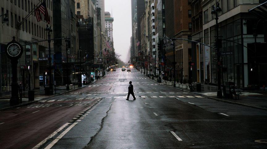 A Quinta Avenida, em Nova York, EUA, quase deserta em meio à pandemia do novo coronavírus