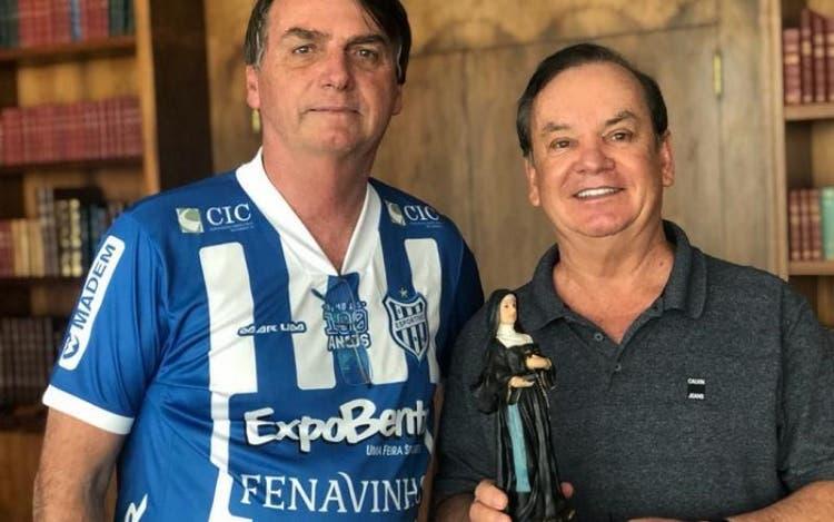 O presidente Jair Bolsonaro recebe do deputado Peninha imagem de Santa Paulina em domingo de Páscoa.