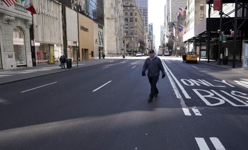 Quinta avenida quase deserta em Nova York: medidas de isolamento contra coronavírus derrubaram vendas nos EUA em abril
