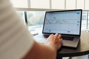 Para especialistas, momento exige atenção para investir tanto nas ações de empresas grandes quanto pequenas