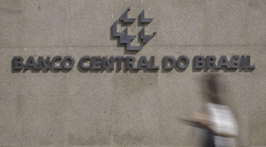 DF - BANCO/CENTRAL - ECONOMIA - Movimentação de pessoas em edifício sede do Banco Central em Brasília na manhã desta segunda-feira (16). É esperada nova reunião no banco em seguida às decisões do FED de cortar os juros americanos no domingo. 16/03/2020 -