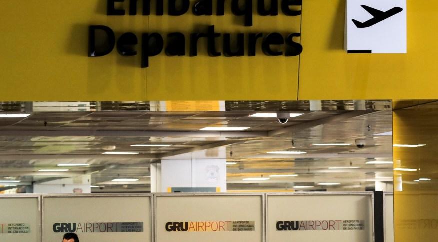 Funcionário com roupa de proteção no aeroporto de Garulhos 01/04/2020 REUTERS/Roosevelt Cassio