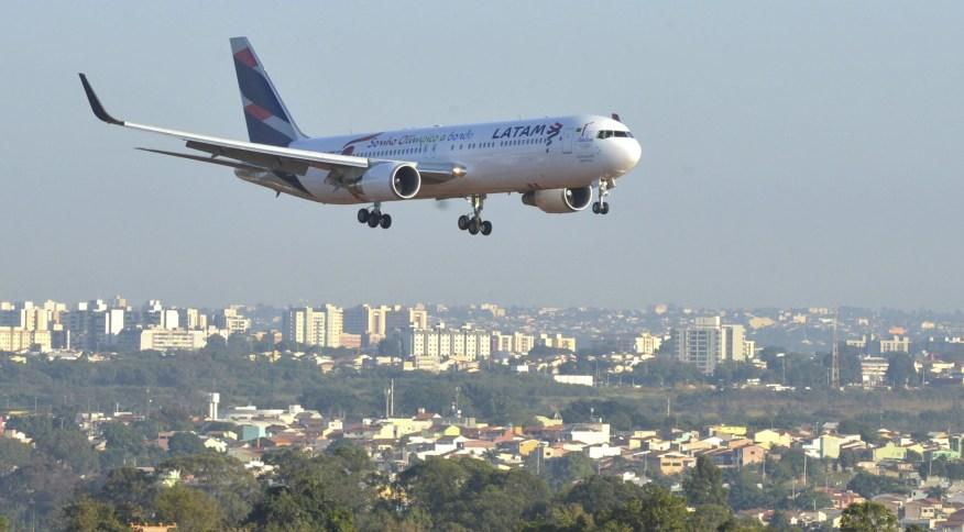 Brasília - Chega a Brasília o avião trazendo a  lanterna que contém a Chama Olímpica (Antonio Cruz/Agência Brasil)