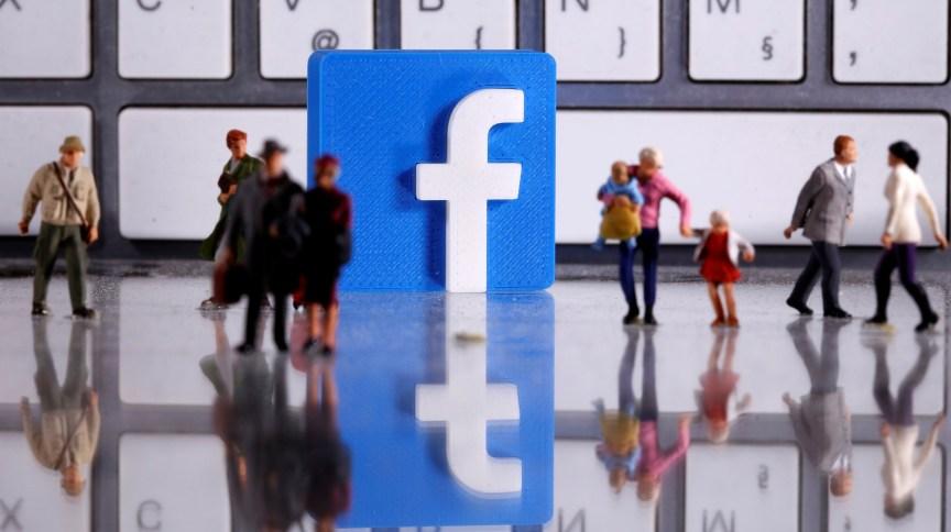 Figuras humanas com logotipo do Facebook ao fundo.  12/4/2020. REUTERS/Dado Ruvic
