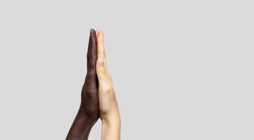 De acordo com a pesquisa, 36% dos brasileiros e 76% dos brasileiros negros dizem conhecer alguém que já tenha sofrido preconceito, discriminação ou algum tipo de humilhação ou deboche por sua cor ou raça dentro do ambiente de trabalho.
