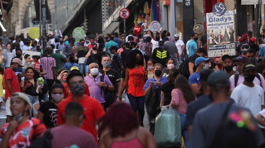Pessoas caminham em rua comercial em São Paulo19/06/2020REUTERS/Amanda Perobelli