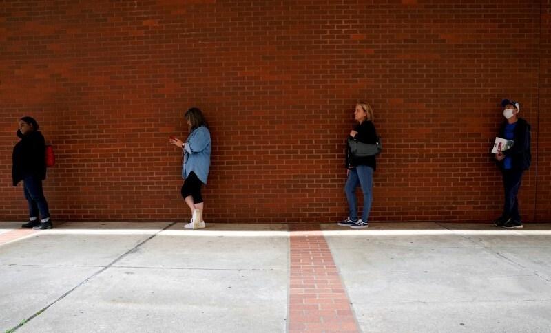 Pessoas em fila para pedido de auxílio-desemprego em Fort Smith, Arkansas (EUA) 06/04/2020REUTERS/Nick Oxford