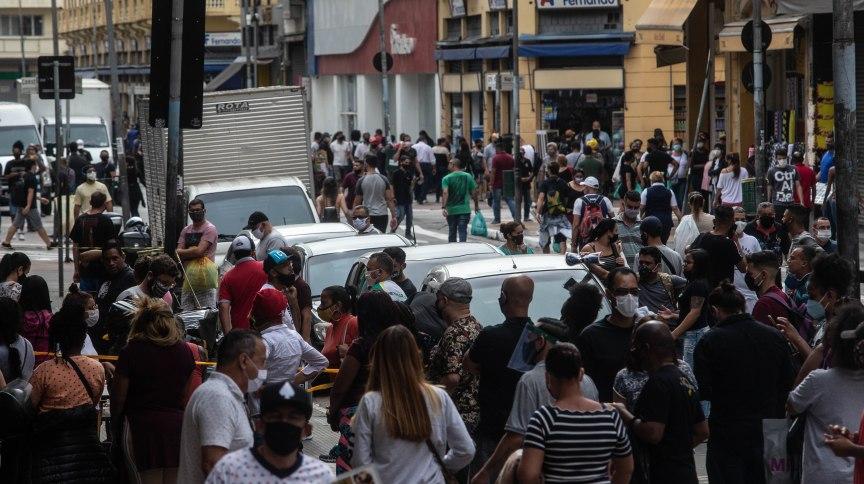 SP - CORONAVÍRUS/SP/REABERTURA/COMÉRCIO/CORREÇÃO - GERAL - ATENÇÃO: CORREÇÃO DE LEGENDA. Movimentação intensa em lojas da Rua 25 de Março, área de comércio popular no centro de São Paulo, na manhã desta quarta-feira, 10 de junho de 2020. A Prefeitura da capital autorizou o funcionamento do comércio de rua a reabrir a partir de hoje. As lojas deverão ficar abertas entre 11h e 15h.  10/06/2020 - Foto: WERTHER SANTANA/ESTADÃO CONTEÚDO