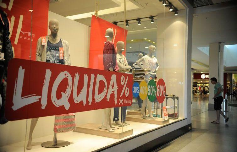 Vitrine de loja de roupas em shopping: padrão de vida do brasileiro deve cair mais de 6,5% em 2020