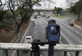 Vias terão placa indicando o limite de velocidade e radares visíveis