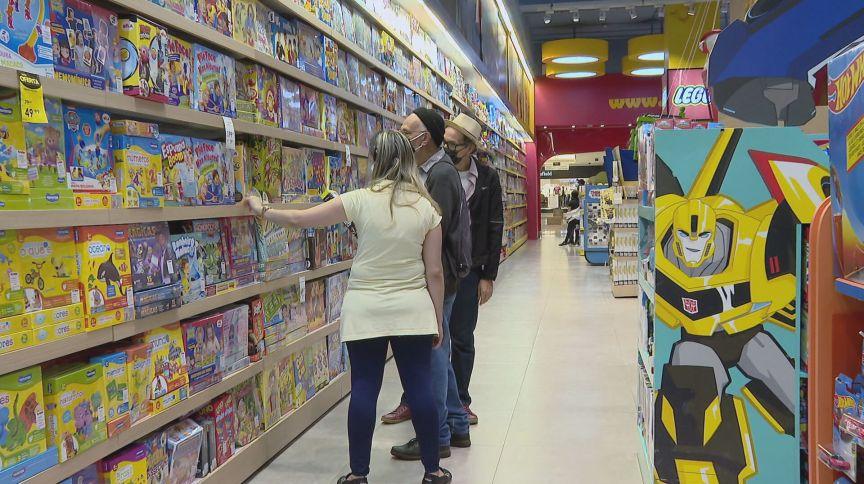 De máscara, consumidores escolhem brinquedos em loja em São Paulo