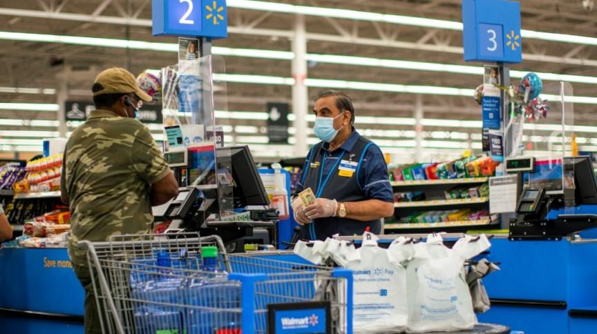 Trabalhador e cliente em loja do Walmart