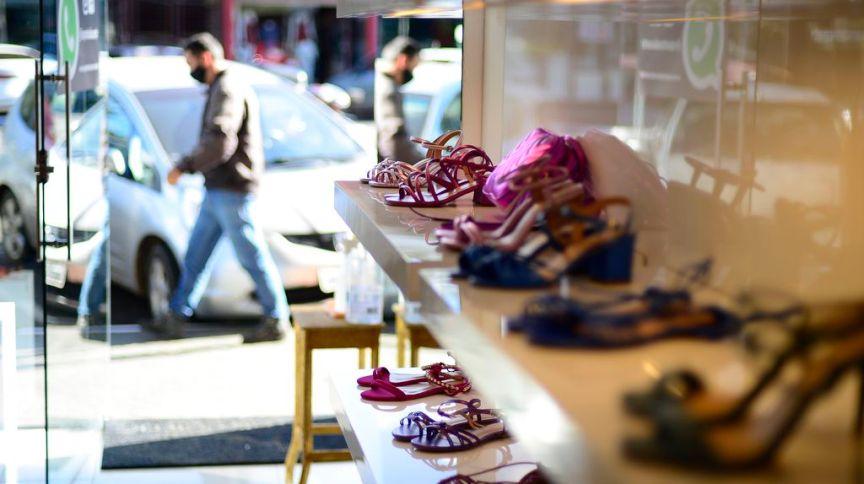 Loja em Brasília: Consumo está menor em estados onde não há queda nas mortes por Covid-19