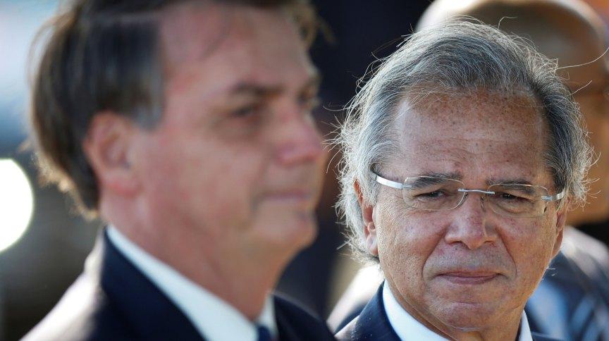 O ministro da Economia, Paulo Guedes, ao lado do presidente Jair Bolsonaro: política está influenciando a economia?