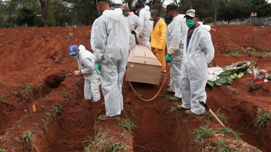Enterro de vítima da Covid-19 no cemitério da Vila Formosa, em São Paulo (SP)
