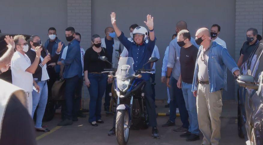 Jair Bolsonaro anda de moto após testar negativo para a Covid-19 (25.jul.2020)
