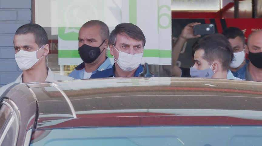 Jair Bolsonaro sai de isolamento usando máscara após teste negativo de Covid-19 (25.jul.2020)
