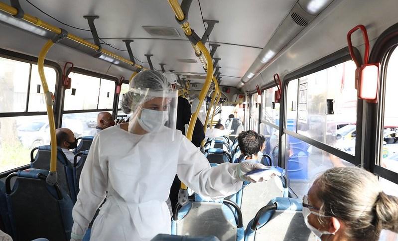 Barreira sanitária tenta conter a expansão do novo coronavírus em Belo Horizonte; profissionais da saúde aferem temperatura de passageiros no transporte público