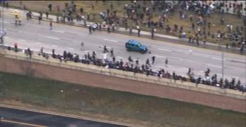 Veículo em alta velocidade avançou em via que estava tomada por manifestantes contra o racismo no Colorado
