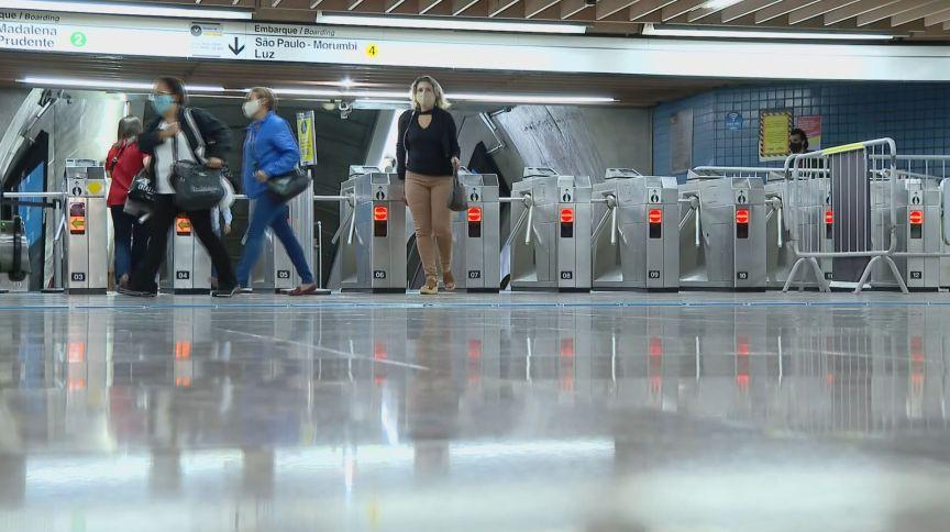 Passageiros do metrô de SP passam pelas catracas após normalização do fluxo: pandemia afetou resultados