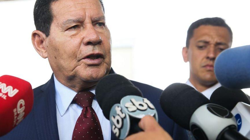 Vice-presidente Hamilton Mourão falando à imprensa