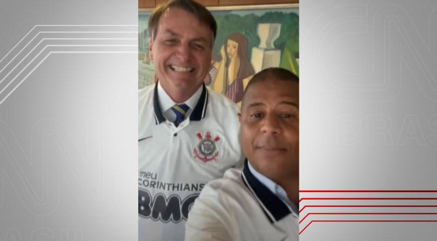 Presidente Jair Bolsonaro usa camisa do Corinthians presenteada por jogador Marcelinho Carioca