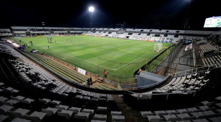 Estádio Manuel Ferreira, em Assunção, sem público durante o jogo Olimpia x Defensa y Justicia