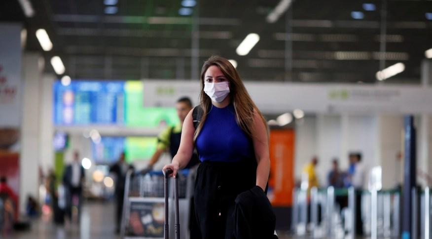 Viajante veste máscara protetora no Aeroporto Internacional de Brasília, após ser reportado caso de coronavírus na capital federal