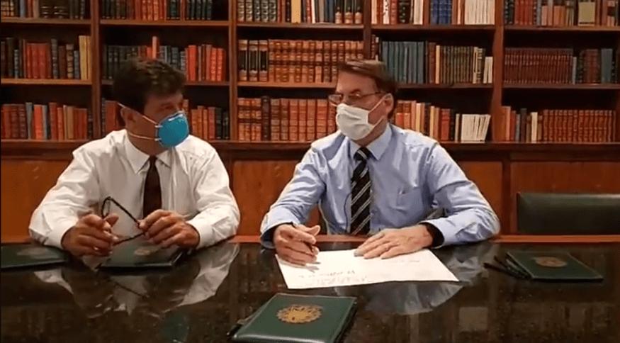 Coronavírus: Bolsonaro e Mandetta usam máscaras em live no Facebook