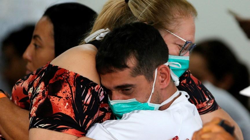 Pessoas usam máscaras de proteção em hospital público de Brasília