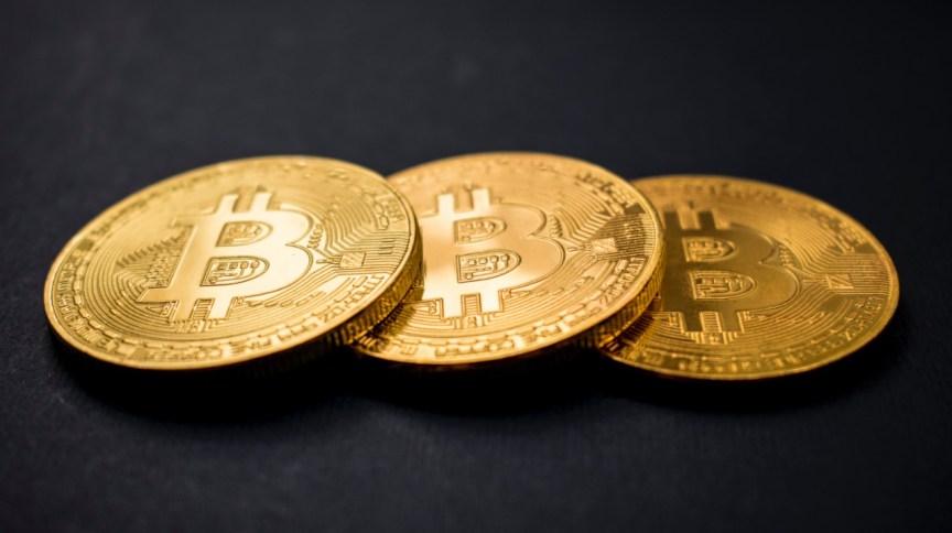 Moedas com símbolo do bitcoin, um dos criptoativos usados como fachada por criminosos
