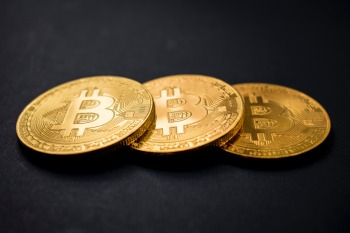 Projetado como uma ferramenta de pagamento, o bitcoin é pouco usado para o comércio nas principais economias