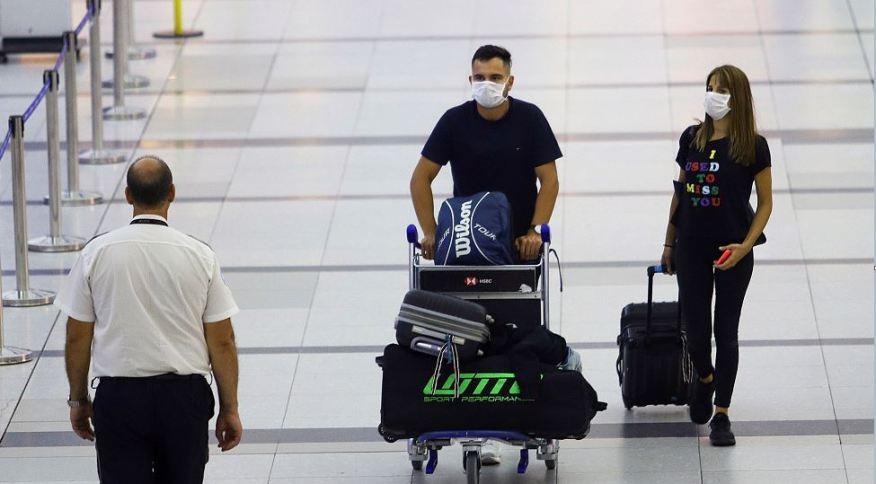 Passageiros com máscaras de proteção contra coronavírus caminham no Aeroporto Internacional de Buenos Aires, na Argentina