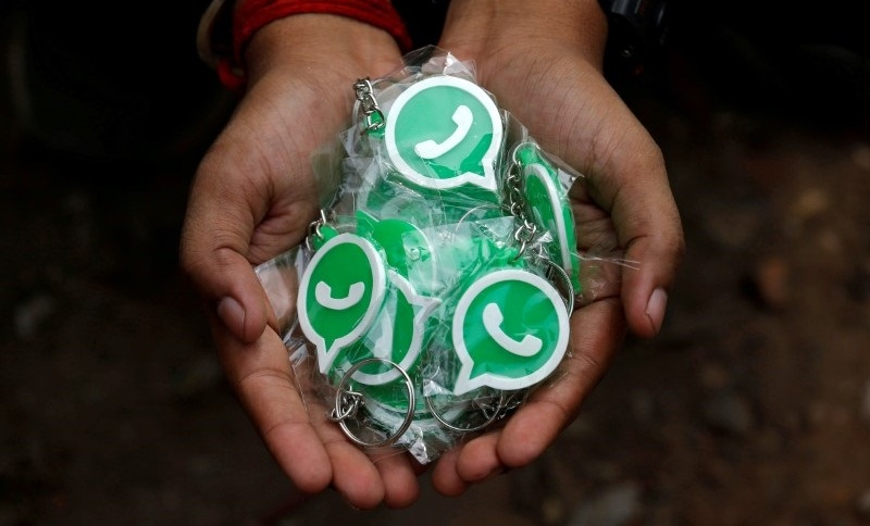 Chaveiros com o logo do WhatsApp: medida ocorre após mais de 30 dias da suspensão dos testes