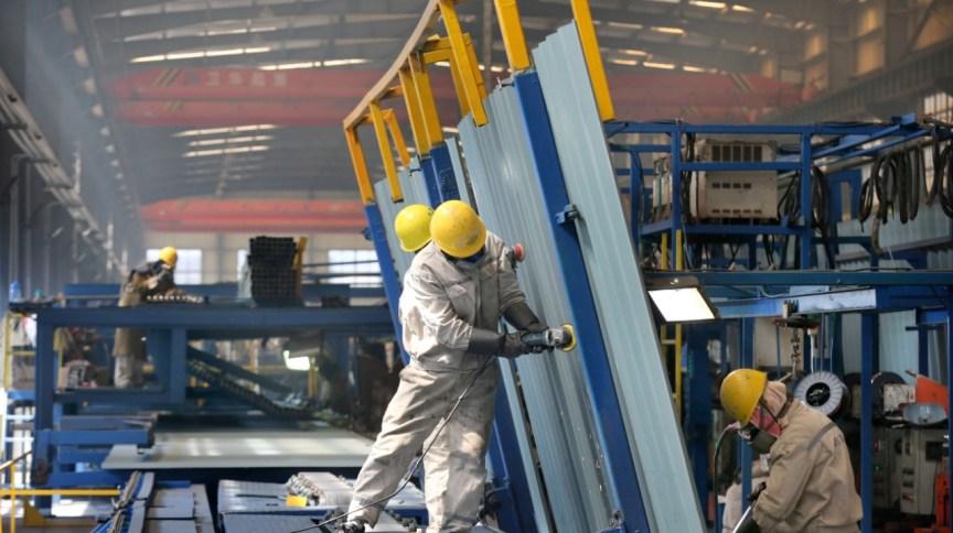 Funcionários de uma fábrica durante o expediente em Nantong, na China (16.mar.2020)