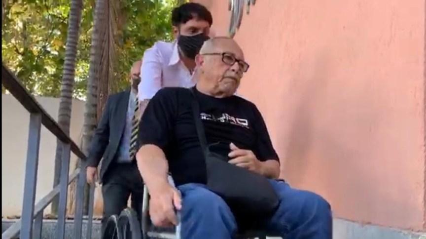 Médico Wilson Ernesto Galarza Jara chega para prestar depoimento na delegacia de Vila Isabel