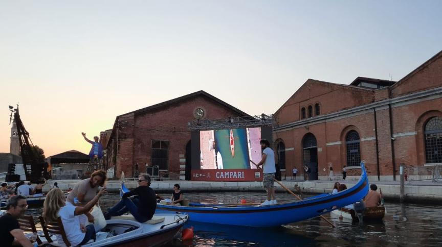 """Segundo a descrição do evento, é uma """"iniciativa do verão dedicada à cultura"""" para """"projetar Veneza em direção ao futuro pós-pandemia""""."""