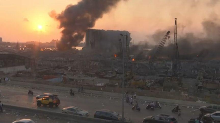 Colunas de fumaça no centro de Beirute, no Líbano, após forte explosão