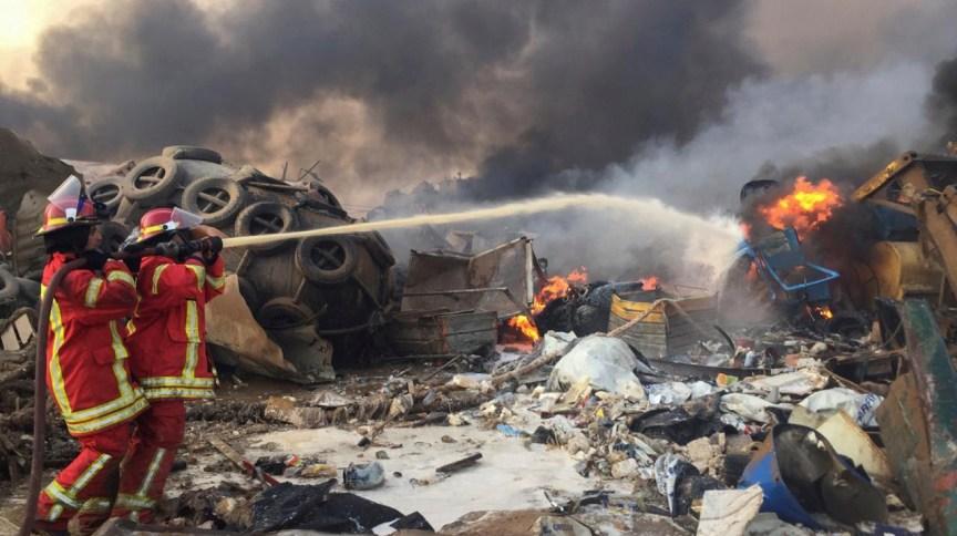 Bombeiros combatem chamas após explosão em Beirute, no Líbano