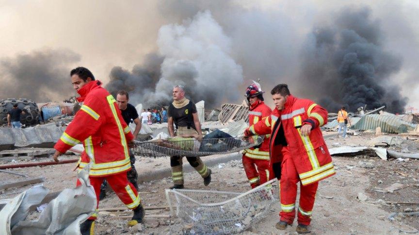 Bombeiros retiram homem ferido do local de explosão em Beirute, no Líbano