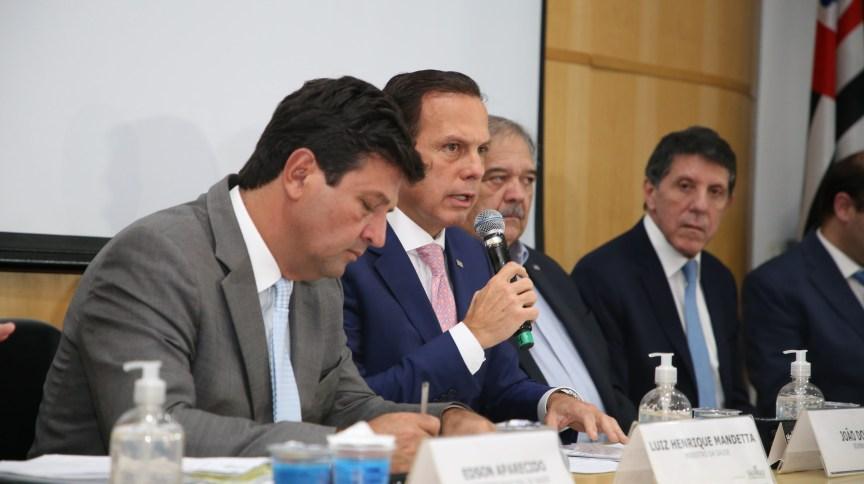 O governador João Doria (PSDB) durante coletiva para falar sobre o coronavírus em São Paulo. À esquerda, o ministro da Saúde, Luiz Henrique Mandetta (DEM)