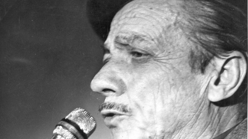 O cantor e compositor Adoniran Barbosa durante show em São Paulo (22.ago.1974)