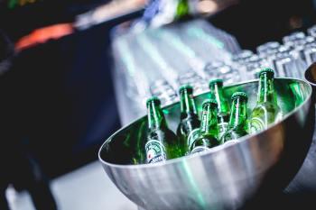 Grupo holandês, que vendeu 50% a mais de sua principal cerveja no Brasil no semestre, adota estratégia global de ampliar canais de distribuição