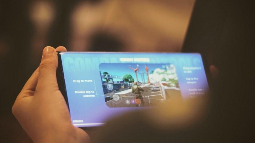 Pessoa jogando Fortnite: jogo, apesar de ser gratuito, movimentou US$ 1,8 bilhão no ano passado
