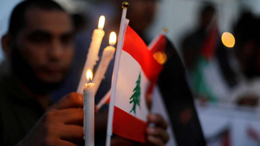 Bandeira libanesa é iluminada com velas